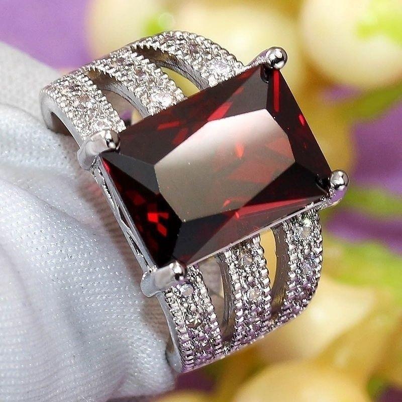 טבעת כסף בשיבוץ רובי מידה 11 \ 10 הטבעת: 5.6 גרם