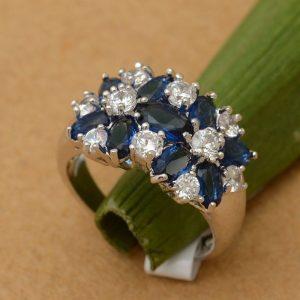 טבעת כסף בשיבוץ אבני ספיר כחול וזירקונים מידה: 6