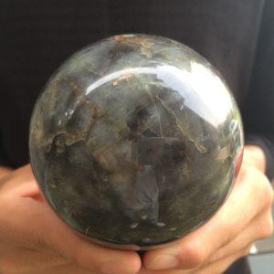 כדור לברדורייט גדול על מעמד עץ משקל: 1080 גרם