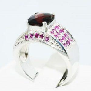 טבעת יוקרה כסף 925 בשיבוץ אבן גרנט ואבני רובי מידה: 8 \ 10.25