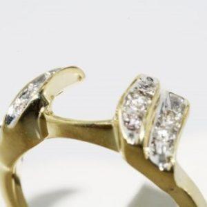 טבעת זהב צהוב 10 קרט בשיבוץ יהלומים לבנים 10. קרט מידה: 5.25