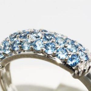 טבעת זהב לבן 10 קרט בשיבוץ אבני טופז כחול 85. קרט מידה: 7