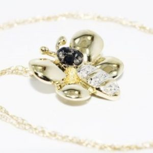 תליון ושרשרת זהב צהוב 10 קרט בשיבוץ ספיר כחול ויהלומים לבנים עיצוב פרפר
