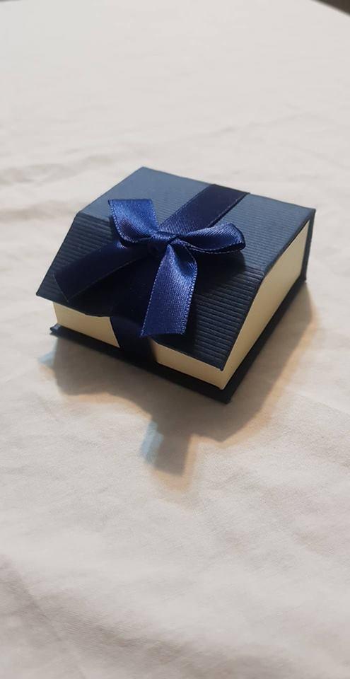 קופסת תכשיטים לשרשרת או עגילים צבע כחול