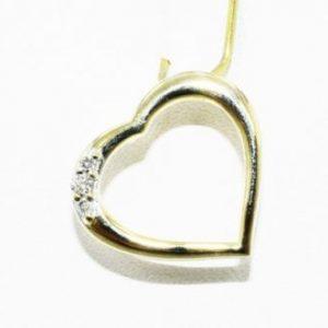 תליון זהב צהוב 10 קרט עיצוב לב בשיבוץ 3 יהלומים לבנים 06. קרט