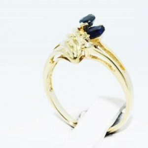 טבעת זהב צהוב 10 קרט בשיבוץ ספיר כחול ויהלומים 36. קרט מידה: 5.5