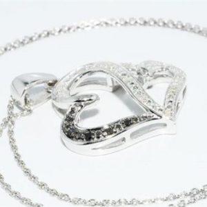 תליון ושרשרת כסף 925 בשיבוץ יהלומים שחורים ולבנים 12. קרט עיצוב לבבות
