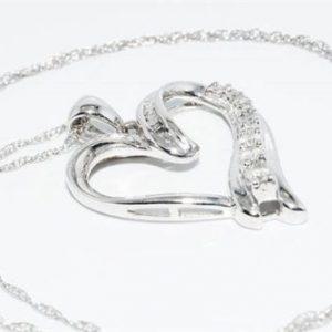 תליון ושרשרת זהב לבן 10 קרט בשיבוץ 19 יהלומים לבנים 26. קרט