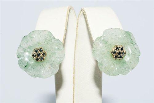 עגילי זהב 14 קרט בשיבוץ 14 יהלומים כחולים ואוונטורין ירוק עיצוב פרח