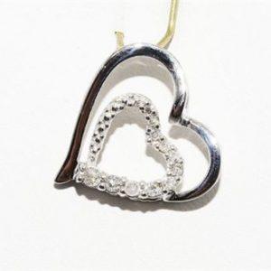 תליון זהב לבן 10 קרט בשיבוץ 11 יהלומים לבנים 12. קרט עיצוב לב
