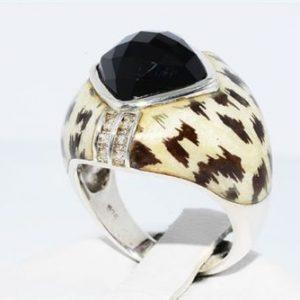 טבעת יוקרה כסף 925 בעיטור אמייל בשיבוץ אוניקס שחור 12 יהלומים לבנים 07. קרט ניקיון יהלומים: SI2