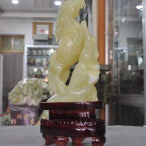 """לאספנים: פסל סוס ג'ייד מהמם 100% טבעי מעמד עץ מסוגנן משקל: 4.8 ק""""ג"""