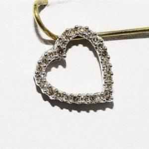 תליון זהב לבן 14 קרט בשיבוץ 26 יהלומים לבנים 20. קרט ניקיון יהלומים: I1 עיצוב לב