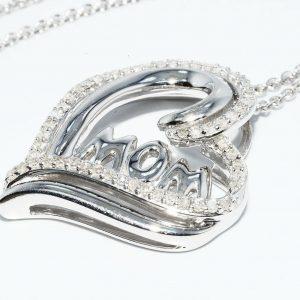 תליון ושרשרת כסף 925 עיצוב לב + המילה MOM בשיבוץ 58 יהלומים 32. קרט