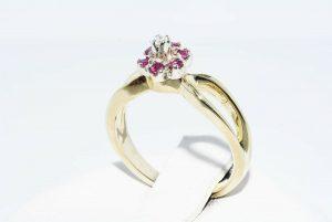 טבעת זהב צהוב 14 קרט בשיבוץ 6 רובי 10. קרט ובשיבוץ יהלום לבן 01. קרט מידה: 3.25