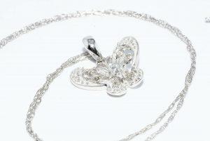 תליון ושרשרת זהב לבן 10 קרט עיצוב פרפר בשיבוץ 6 יהלומים משקל: 06. קרט