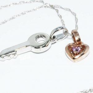 תליון ושרשרת זהב לבן וצהוב 10 קרט בשיבוץ טופז ורוד בעיצוב לב ומפתח