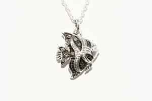 תליון ושרשרת כסף 925 עיצוב דג ובשיבוץ 9 יהלומים אפורים 10. קרט