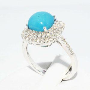 טבעת כסף בשיבוץ טופז כחול 4.5 קרט ובשיבוץ 62 אבני טופז לבן 75. קרט מידה: 7.25
