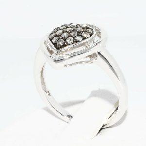 טבעת כסף עיצוב לב בשיבוץ 18 יהלומים אפורים 39. קרט ניקיון יהלומים: I1 במידה: 7
