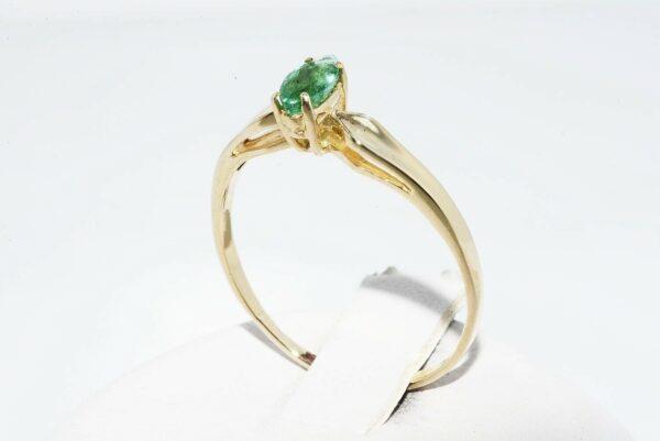 טבעת זהב צהוב 14 קרט בשיבוץ אמרלד 21. קרט במידה: 8