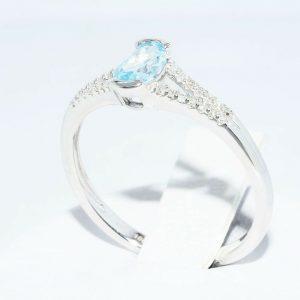 טבעת זהב לבן 10 קרט בשיבוץ טופז כחול 31. קרט + 28 יהלומים לבנים 18. קרט במידה: 7.25