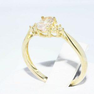 טבעת זהב צהוב 14 קרט בשיבוץ מורגנייט 24. קרט בשיבוץ 6 יהלומים לבנים 05. קרט במידה: 6.25