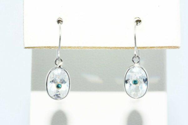עגילי זהב לבן 14 קרט בשיבוץ טופז לבן 1.70 קרט ובשיבוץ 2 יהלומים כחולים 02. קרט ניקיון יהלומים: VS2