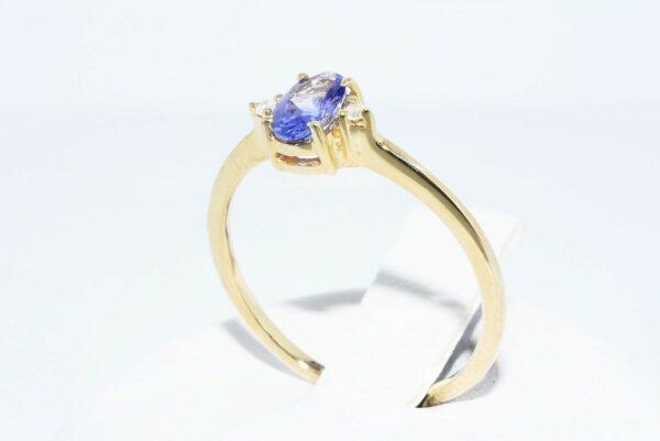 טבעת זהב צהוב 14 קרט משובצת טנזנייט 29. קרט + 2 יהלומים לבנים 02. קרט ניקיון יהלומים: I1מידה: 6.75