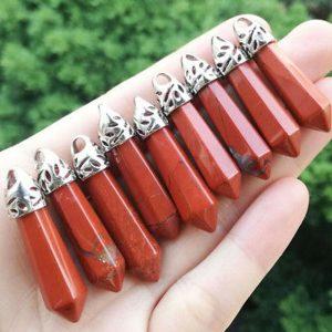 תליון ג'ספר אדום מוכסף בעיצוב עיפרון