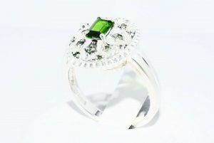 טבעת כסף 925 בשיבוץ דיופסיד 45. קרט + 12 יהלומים ירוקים 10. קרט ניקיון יהלומים: I1 במידה: 8.25