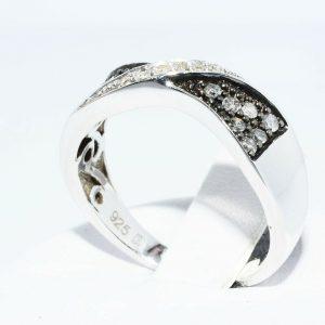 טבעת כסף בשיבוץ 14 יהלומים אפורים 21. קרט + 6 יהלומים לבנים 05. קרט ניקיון יהלומים: SI2 מידה: 7
