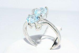 טבעת זהב לבן 10 קרט בשיבוץ 2 טופז כחול 1.76 קרט + 2 יהלומים לבנים 06. קרט עיצוב לבבות במידה: 6