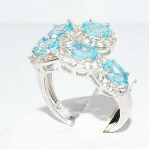טבעת כסף 925 בשיבוץ 6 טופז כחול 1.75 קרט בשיבוץ 72 טופז לבן 1.50 קרט במידה: 8.25