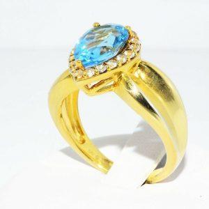 טבעת כסף 925 בציפוי זהב בשיבוץ טופז כחול 4.50 קרט + 20 טופז לבן 50. קרט במידה: 7.25
