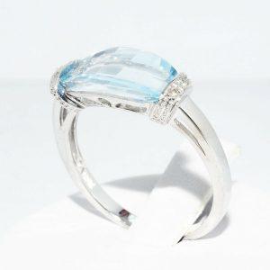 טבעת זהב לבן 10 קרט בשיבוץ טופז כחול 4.10 קרט + 4 יהלומים לבנים 03. קרט במידה: 7.25