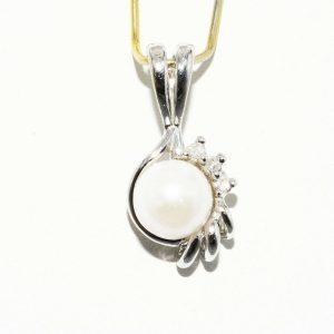 """תליון זהב לבן 10 קרט משובץ פנינה לבנה 5.8 מ""""מ + 3 יהלומים 03. קרט ניקיון יהלומים: I1"""