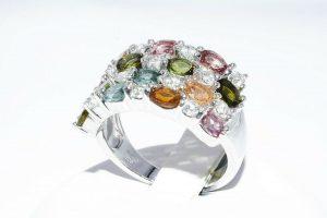 טבעת יוקרה כסף 925 בשיבוץ 14 טורמלין בצבעים 1.75 קרט + 14 טופז לבן 75. קרט במידה: 7.25