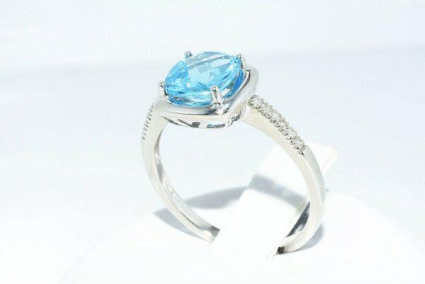 טבעת זהב לבן 10 קרט בשיבוץ טופז לונדון 1.60 קרט + 12 יהלומים 05. קרט ניקיון יהלומים: I1 במידה: 7