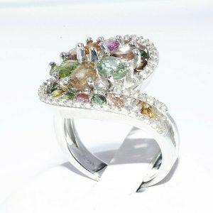 טבעת יוקרה כסף 925 בשיבוץ 24 טורמלין צבעוני 2.25 קרט + 40 טופז לבן 40. קרט במידה: 7.25