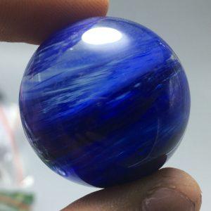 """כדור קוורץ כחול - קלקנטייט ומעמד עץ מסוגנן במשקל: 34 גרם קוטר: 31 מ""""מ"""