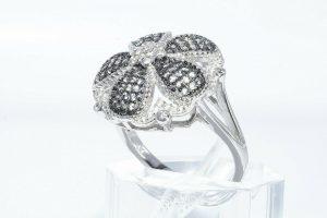 טבעת יוקרה כסף 925 בשיבוץ 65 ספיר ירוק 75. קרט + 42 טופז לבן 1.00 קרט במידה: 8.5