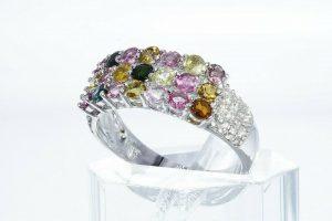 טבעת יוקרה כסף 925 בשיבוץ 21 טורמלין בצבעים 1.20 קרט + 40 טופז לבן 35. קרט במידה: 8