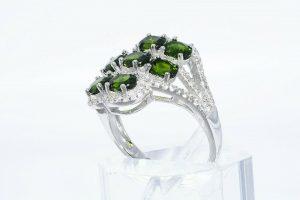 טבעת יוקרה כסף 925 בשיבוץ 7 דיופסיד 2.45 קרט + 86 טופז לבן 75. קרט במידה: 8.25