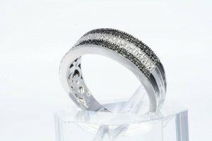 טבעת כסף 925 בשיבוץ 2 יהלומים שחורים 02. קרט + 4 יהלומים לבנים 02. קרט ניקיון: I1 במידה: 7 \ 7.25