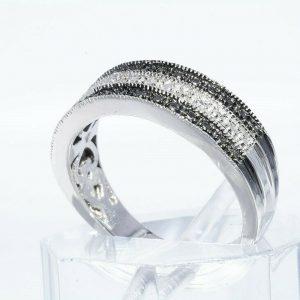 טבעת כסף 925 בשיבוץ 2 יהלומים שחורים 02. קרט + 4 יהלומים לבנים 02. קרט ניקיון: I1 במידה: 7