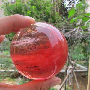 """כדור קוורץ קריסטל אדום ומעמד עץ מסוגנן במשקל: 635 גרם קוטר: 82 מ""""מ"""