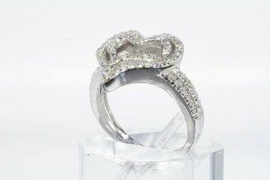 טבעת יוקרה כסף 925 עיצוב לב בשיבוץ 20 יהלומים לבנים 13. קרט במידה: 8.25