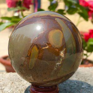 """כדור ג'ספר צבעי אדמה ומעמד עץ מסוגנן במשקל: 346 גרם קוטר: 62 מ""""מ"""