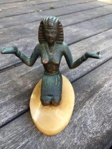 פסל מצרי מתכת תושבת אבן במשקל: 1015 גרם